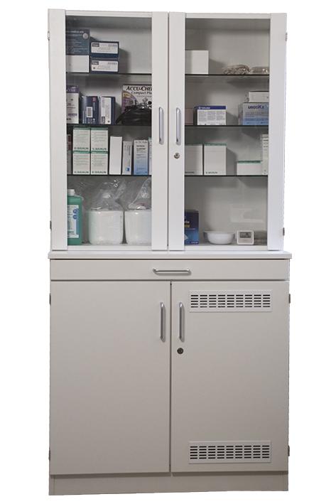 Medikamenten- und Verbandmittelschrank, weiß mit Glastüren und Kühlschrank